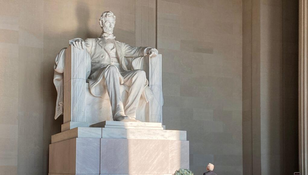 AMLO coloca ofrenda en monumento a Abraham Lincoln